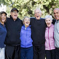 Senioren halten sich in den Armen