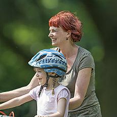 Kind mit Fahrradhelm und Mutter