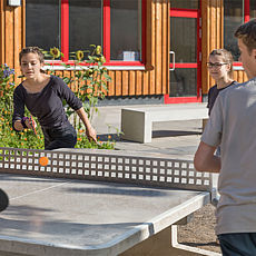 Jugendliche spielen Tischtennis